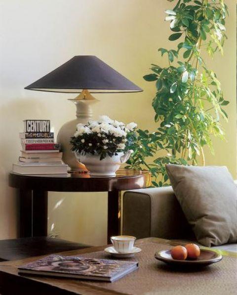 Na stoliku stoi lampka. Mieszkanie w stuletniej kamienicy