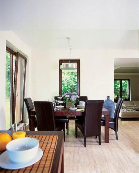Skórzane fotele i prosty drewniany stół.