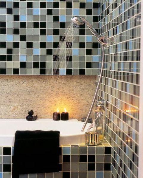 W łazience można wziąć i kąpiel przy świecach, i szybki prysznic.