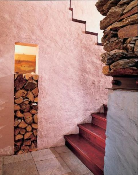 Pod schodami znalazło się miejsce na drewno.