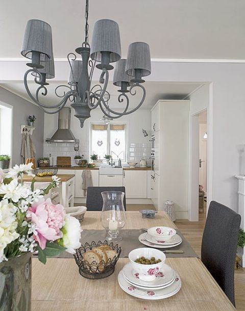 Francuskie drobiazgi - zastawa stołowa we wzór z peoniami, metalowe koszyczki, ściereczki. Wszystko z Compotoir