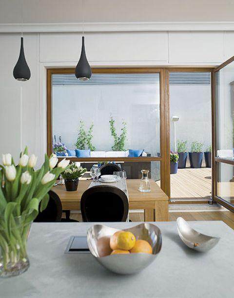 Mieszkanie takie, jak Szwedzi lubia najbardziej - z wielkimi oknami i tarasem.
