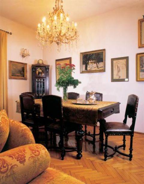 W jadalni zdobiony stół i krzesła. Dworek jak malowany