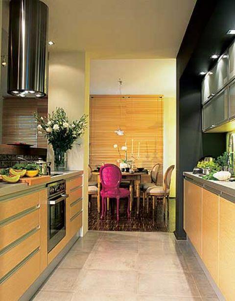 Nowoczesna, funkcjonalna kuchnia - proste szafki i dobre oświetlenie dają wrażenie ładu. Jadalni fantazji dodaje