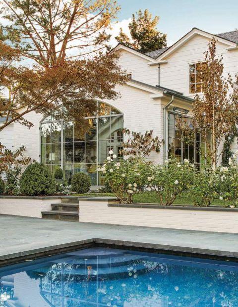 klasyczny dom z basenem