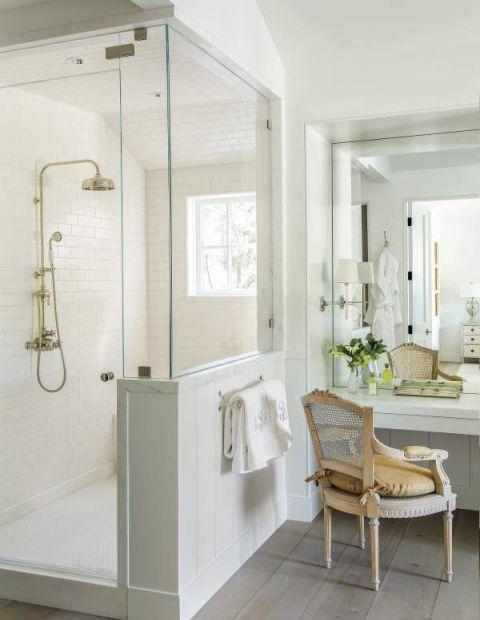 biała łazienka w starym stylu