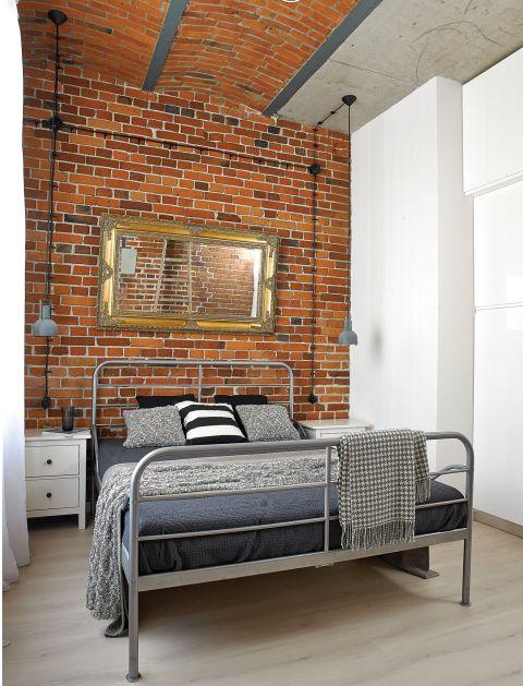 Łóżko i szafki nocne z IKEA. Loft w Nowej Papierni we Wrocławiu