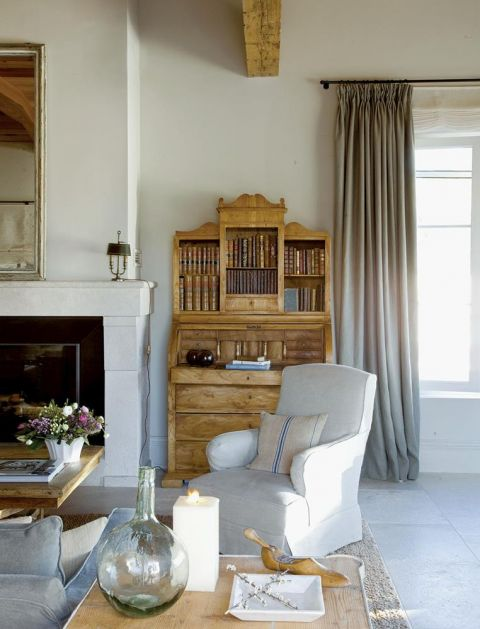w prowansalskim stylu salon biały fotel