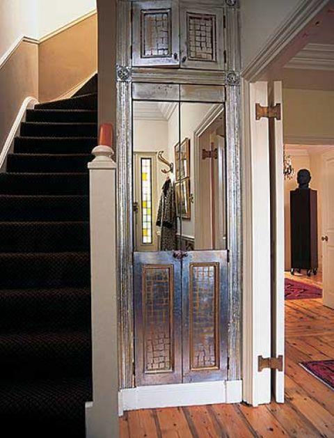 Te srebrzyste drzwi to nie winda. Kiedyś był tu wąski i niewygodny korytarzyk do kuchni, ale Millena przerobiła go