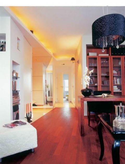 Podział mieszkania na część białą i ciepłą podkreśla podłoga z egzotycznego drewna lapacho.