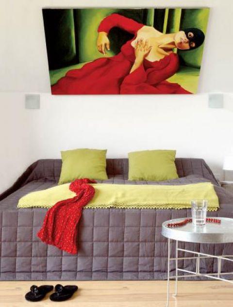 Duży obraz wisi nad łóżkiem. Urządzony z pomocą... aniołów
