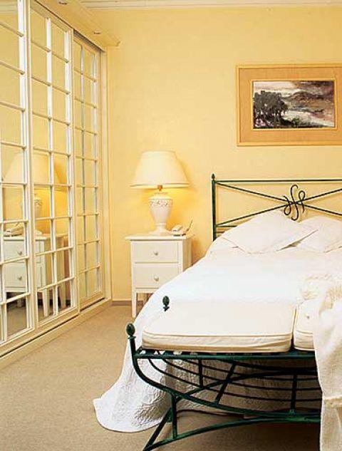 Wykute na zamówienie łóżko zdobi monogram właścicielki.