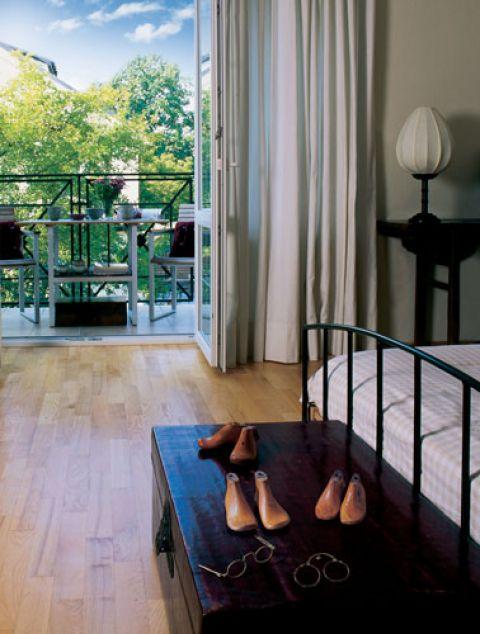 Prosto z sypialni gospodarze mogą wyjść na balkon.