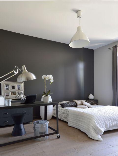 nowoczesna sypialnia ciemna ściana
