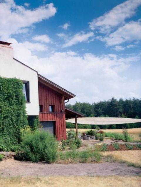 Dom otacza ogród. Surowa uroda kamienia