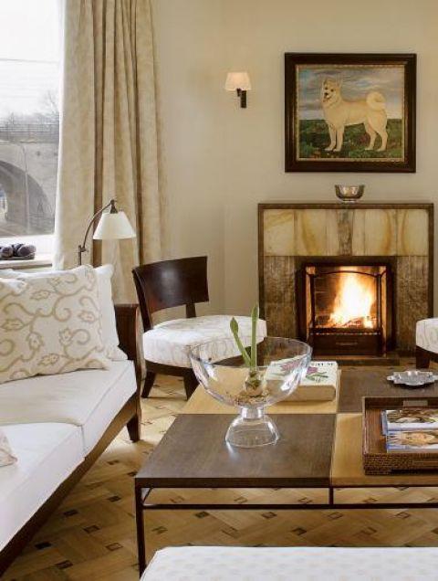 Jasne obicia kanapy i krzeseł. Apartament w kamienicy na Powiślu