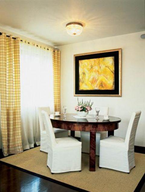 Krzesła w pokrowcach świetnie komponują się ze stołen w stylu art deco.