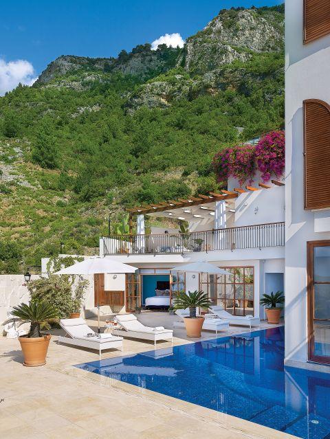 Dom wybudowano w stylu hiszpańskim. Otaczają go bujny ogród śródziemnomorski i tarasy wyłożone marmurowymi płytkami.