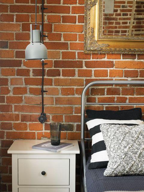 Fabryczne lampy znalezione w internecie, lustro – na targu staroci.