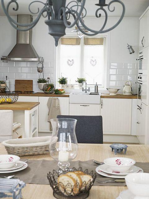 Kuchenne meble i żyrandol z IKEA. Skandynawia zamiast górskiej chaty