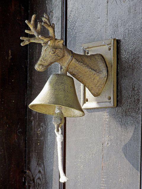 Dekoracyjny dzwonek. Skandynawski dom w ciepłym stylu prowansalskim