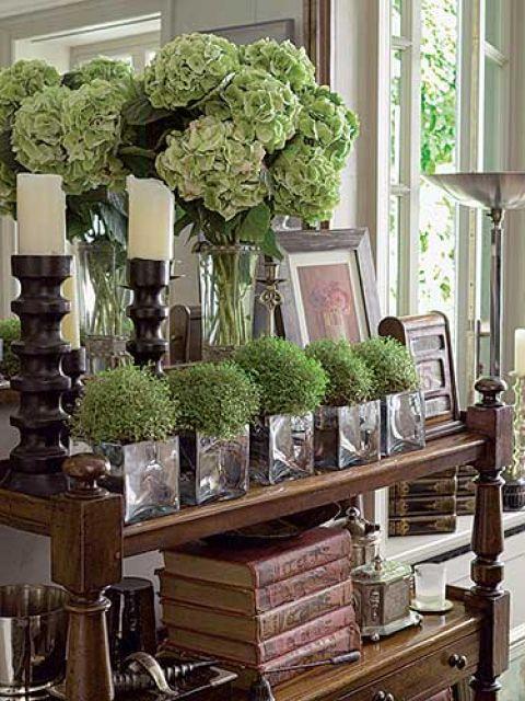 Grube szkło i zieleń roślin ładnie kontrastują z antykami.