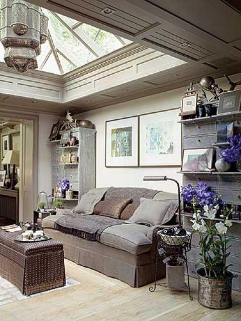 Rośliny pod przejrzystym dachem czują się świetnie. Binny sadzi je w szklanych wazach, glinianych naczyniach,