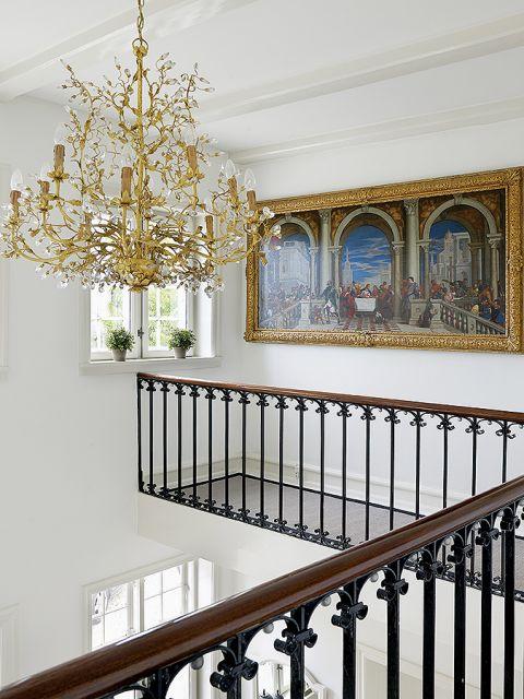 W całym domu wiszą piękne kryształowe żyrandole - złoty kolor ożywia wnętrze.