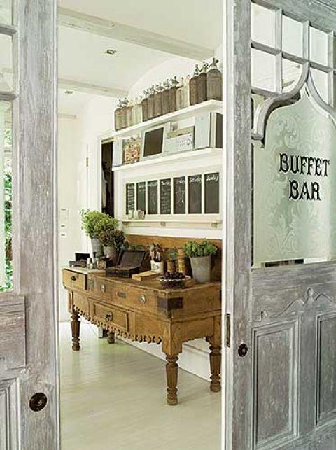 Dwuskrzydłowe XIX-wieczne drzwi z londyńskiego pubu Binny wstawiła do kuchni.