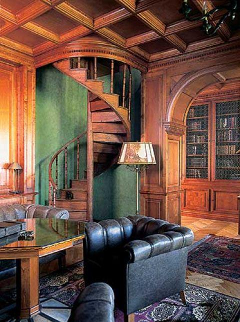 Jedynym zachowanym niemal w całości elementem ze starego dworu są oryginalne kręte schodki wiodące niegdyś na poddasze.