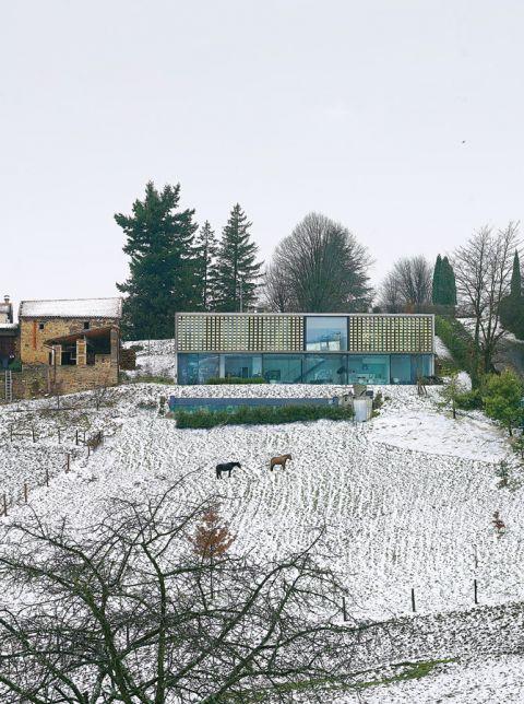 Szklany dom został perfekcyjnie zatopiony w krajobrazie przez słynnego architekta Pierra Minassiana.