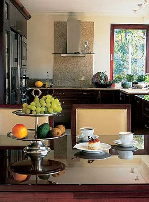 Kuchnia przenika się z jadalnią tworząc jedno wnętrze.
