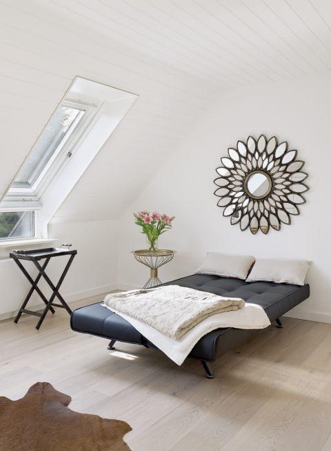 nowoczesna sypialnia na poddaszu ze skosami