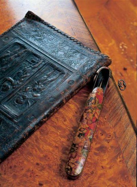 Pan Bogdan dał się namówić na pokazanie swoich perełek - XVI-wiecznej książki i równie unikatowego drewnianego piórnika.