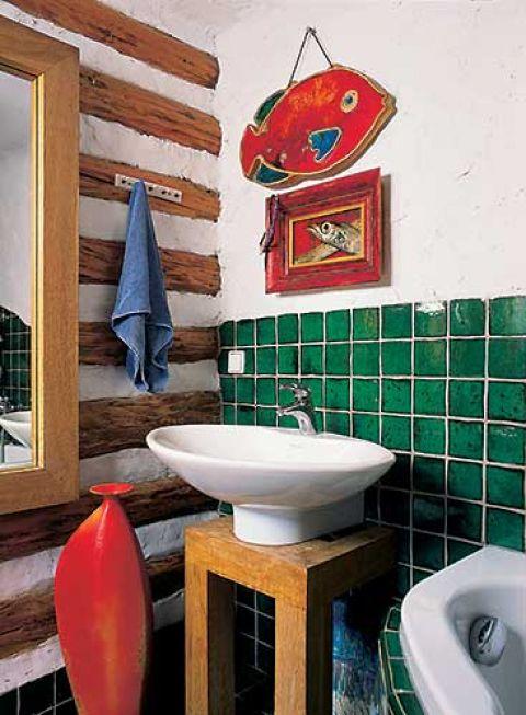 W łazience ściana z bali. Ceramika firmy Villeroy Boch dobrze komponuje się z tą własnej roboty.