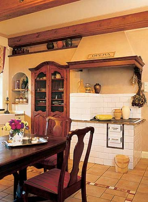 Właściciele nie pozbyli się starej kuchni kaflowej. Jest niezastąpiona, kiedy wydają duże przyjęcia.
