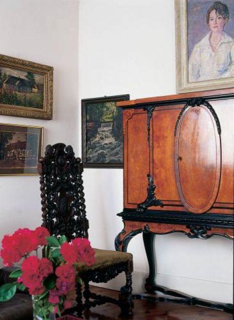 Rzeźbione krzesło i ludwikowska szafka.
