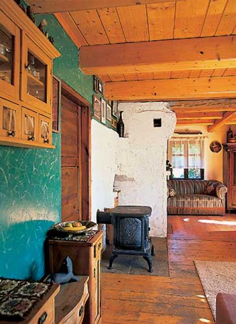 Nie ma tu centralnego ogrzewania, ale stara żeliwna koza i tradycyjny kominek radzą sobie z ogrzaniem niewielkiego domu.