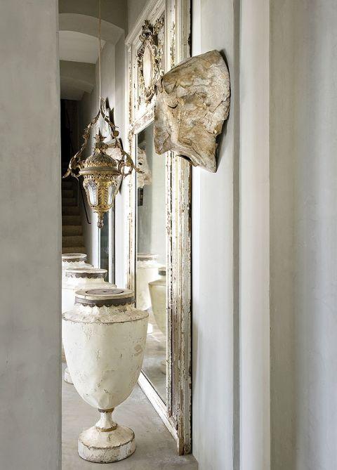 W domu jest ceramika Sophie Lavaux i awangardowe rzeźby Stéphane'a Broutina.