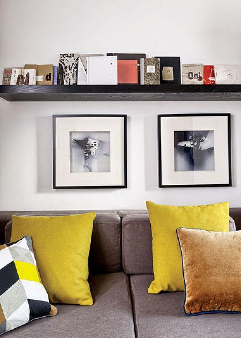 Fotografie Mariusza wiszą nad kanapą.