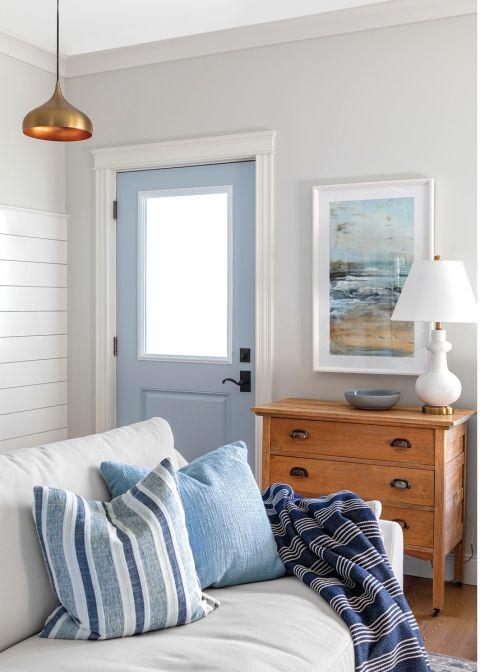biały salon z niebieskimi dodatkami
