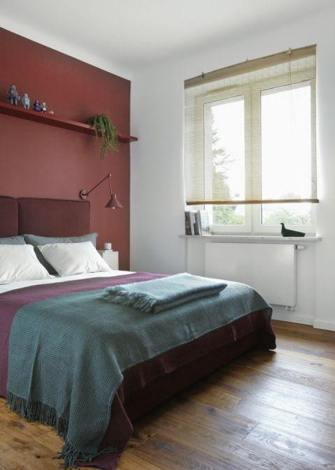 Czerwona ściana w sypialni, zdjęcie: Celestyna Król, stylizacja: Magdalena Rzeszot