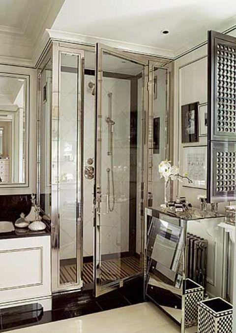 Graham swoją łazienkę urządził w stylu art déco. Postawil na geometryczne ksztalty i błyszczące powierzchnie - chrom i czarny