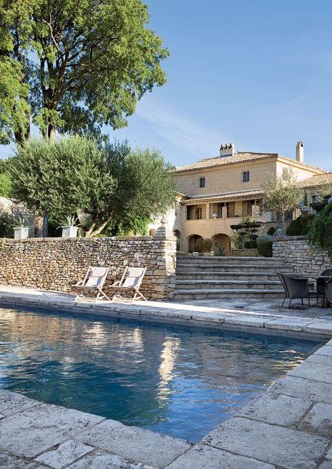 Wokół domu rozciąga się piękny ogród z basenem.