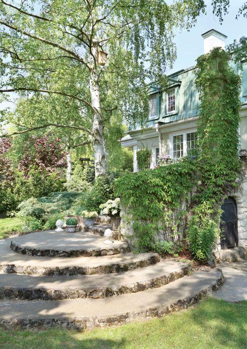 dom w rustykalnym stylu ogród