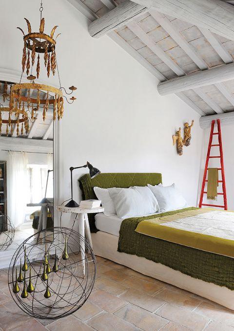 W sypialniach trochę awangardy: drucianą rzeźbę kulę ze szklanymi soplami zaprojektował dekorator Richard Goullet, a