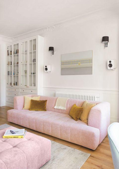 nowoczesne wnętrze salon różowa kanapa