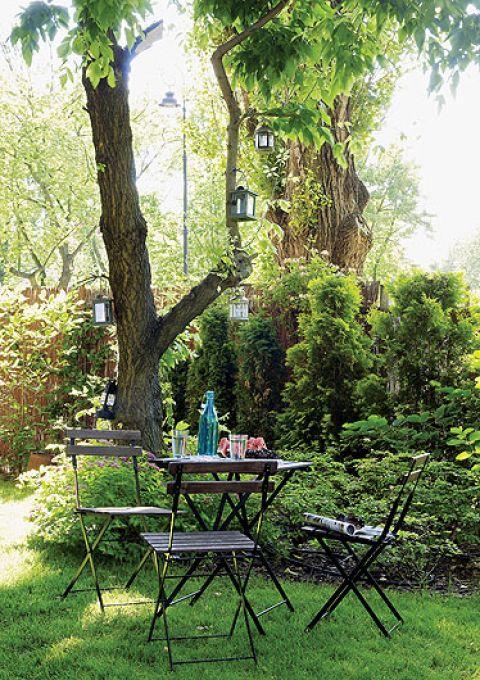 W lecie mieszkanie zmienia się w letnisko. 80 metrów powiększa się o ogród mierzący aż 350 metrów.