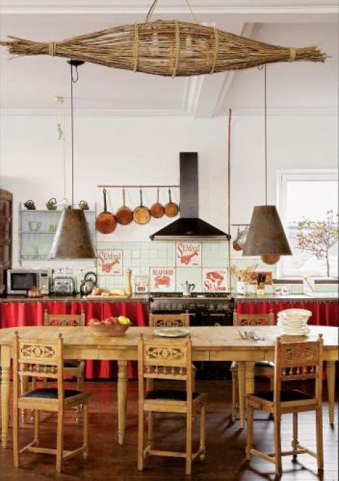 Drewniany stół przyjechał na wyspę z Francji, podobnie jak cynowe rondle, oryginalny żyrandol z wikliny oraz lampy.