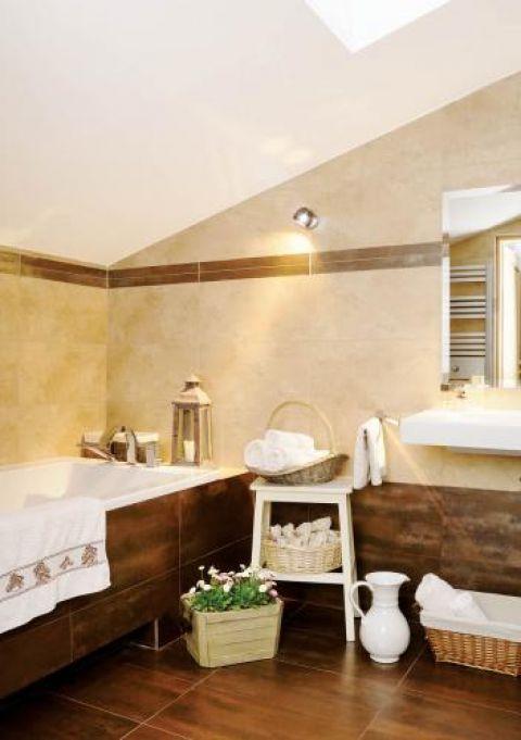 Łazienka utrzymana jest w ciepłej kolorystyce.